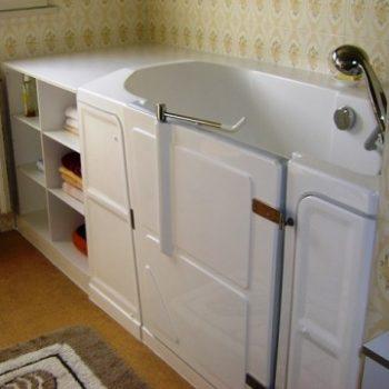 Baignoire à porte avec meuble bonnetière pour du rangement intégré à votre baignoire