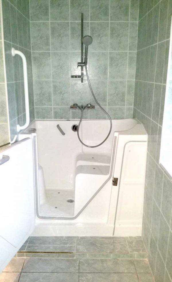 Installation baignoire à porte dans des salles de bains exiguës : baignoire Vallon 117 équipée de l'option balnéothérapie