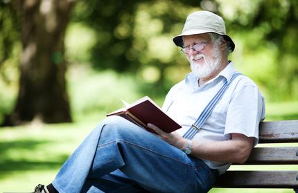 Senior en train de lire un livre