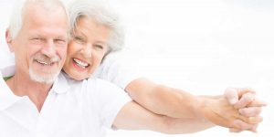 Couple de personnes âgées heureux