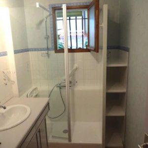 Douche confort avec étagères intégrées