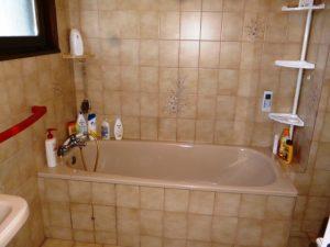 Avant le remplacement par une baignoire à porte vallon senior bains