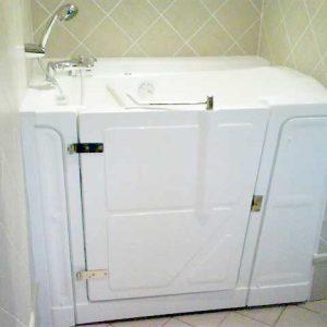Installation baignoire à porte dans des salles de bains exiguës : baignoire Vallon 117