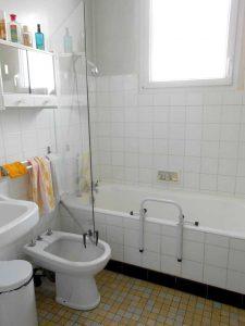 Baignoire à remplacer par l'installation d'une baignoire à porte vallon 117 Senior Bains