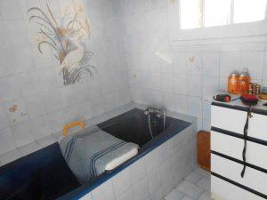 Baignoire à remplacer avant l'installation de la baignoire à porte vallon
