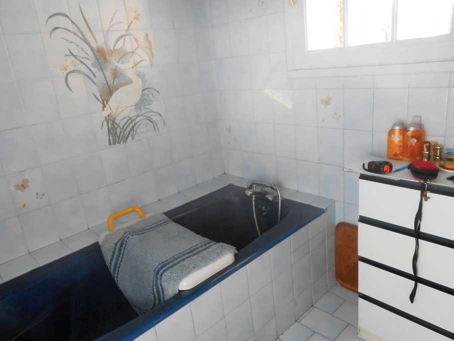 installation d une baignoire porte vallon xl avec une ouverture de porte droite de l 39 assise. Black Bedroom Furniture Sets. Home Design Ideas