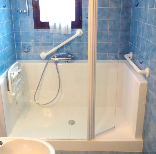 Gagnez en luminosité également avec l'installation d'une douche senior CONFORT