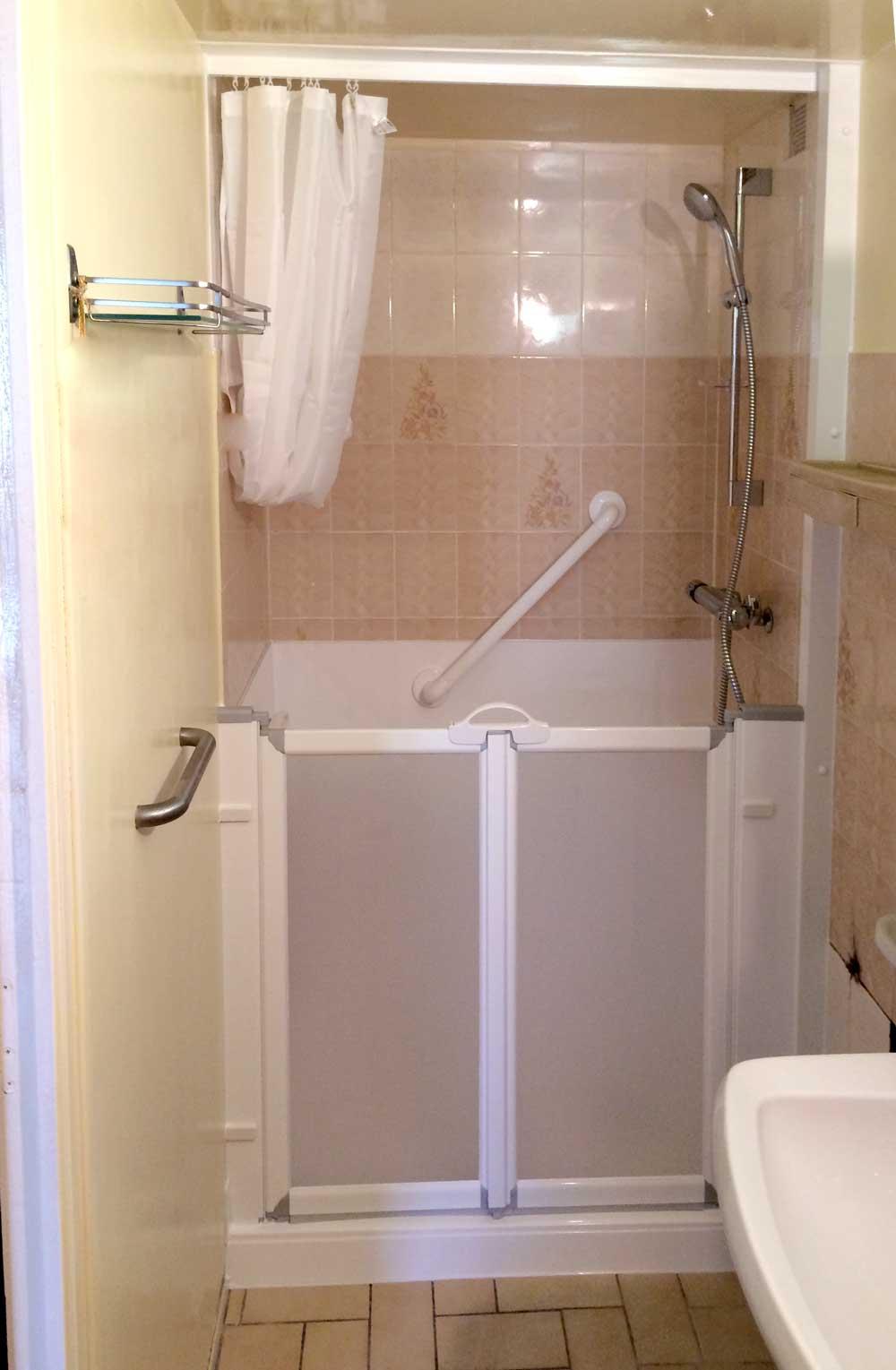 installation d une douche senior hadapt id ale pour les petites salles de bains seniorbains. Black Bedroom Furniture Sets. Home Design Ideas