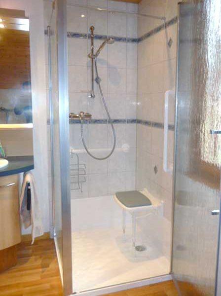 La douche senior HADAPT : le remplacement d'une douche classique par une douche sécurisée