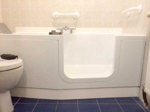 Installation d'une baignoire à porte Iris Senior Bains