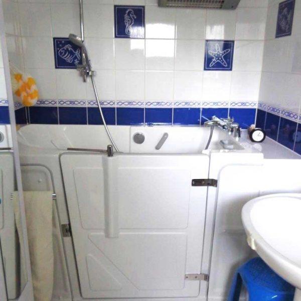 Installation d'une baignoire à porte vallon XL Senior Bains