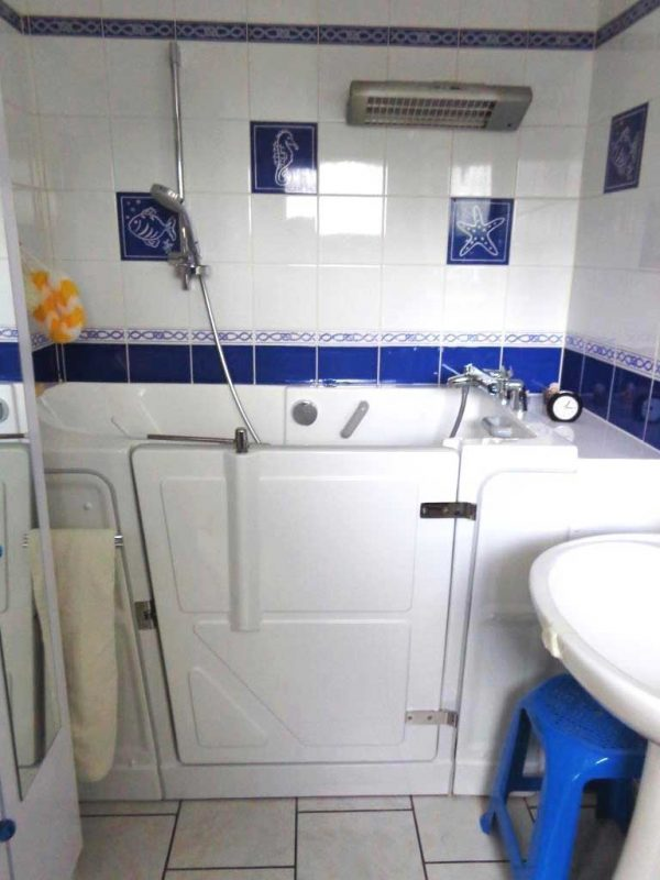 Installation d'une baignoire à porte vallon XL Sénior Douche