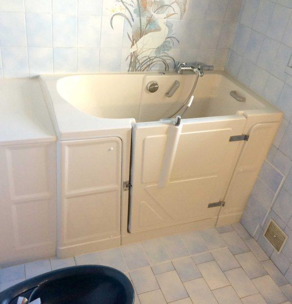 Installation d'une baignoire à porte Vallon XL avec une ouverture de porte à droite de l'assise