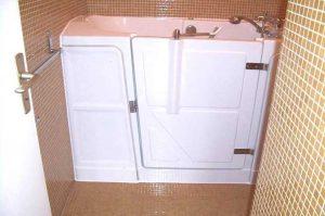 Installation de baignoire à porte vallon Senior Bains