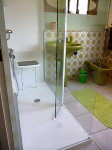 Installation d'une douche confort pack avec panneaux d'habillage mural Senior Bains