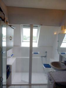 Installation d'une douche confort senior bains dans une soupente