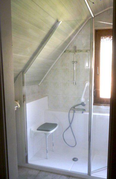 La douche senior CONFORT PACK s'adapte aux salles de bains atypiques