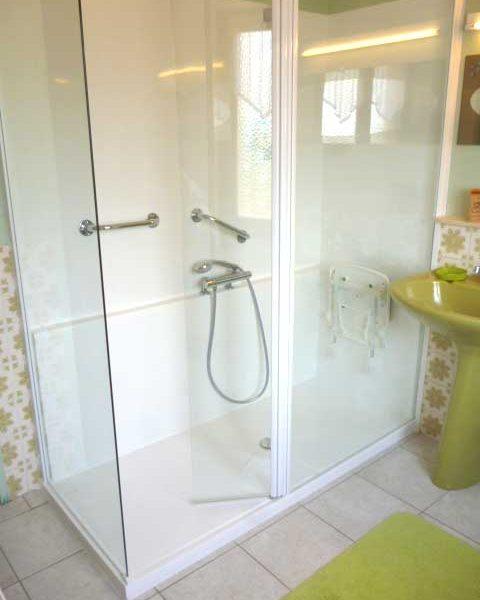 Installation de la douche sécurisée CONFORT PACK avec panneaux d'habillage mural