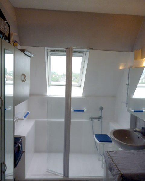 Installation d'une douche seniorCONFORT sous les toits