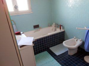 avant-remplacement-baignoire-par-douche-senior