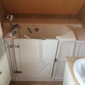 Installation d'une baignoire à porte en soupente