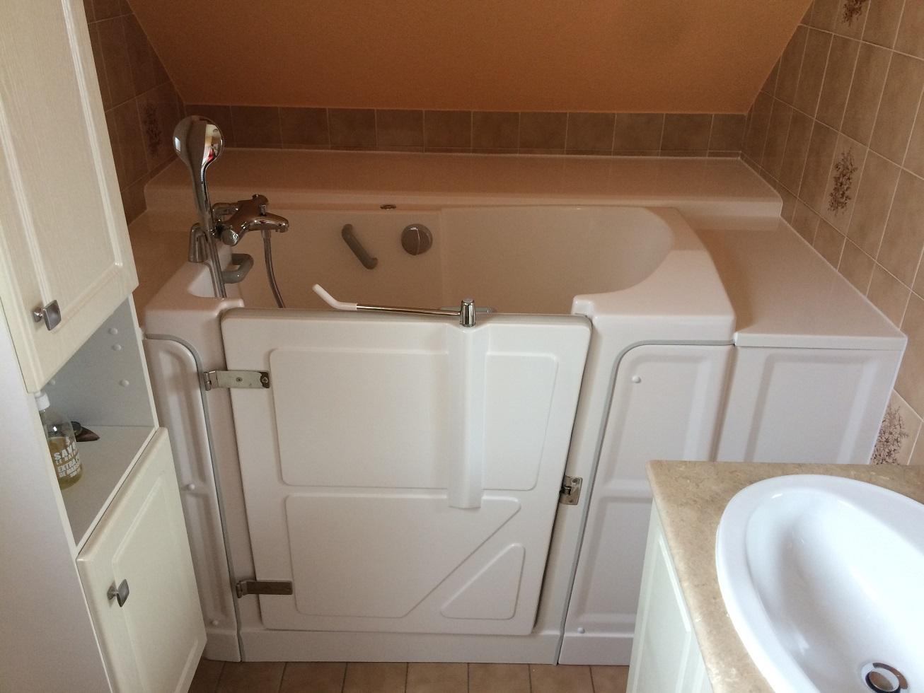 baignoire avec porte soupente seniorbains. Black Bedroom Furniture Sets. Home Design Ideas